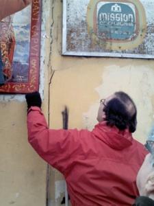 Pedro Romero supervisando la colocación.